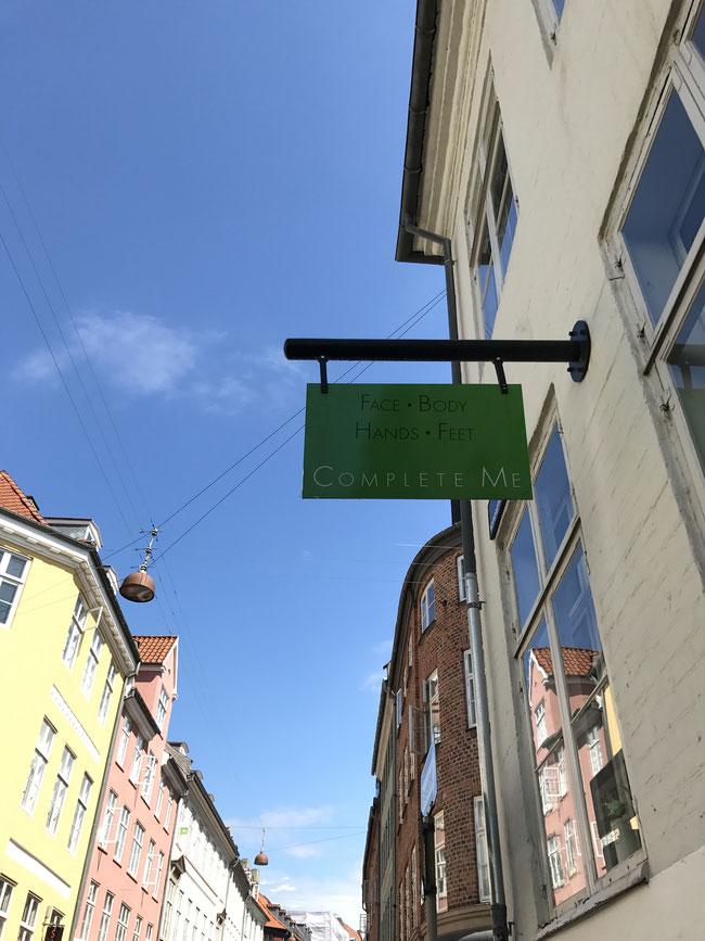 コペンハーゲンも建物間で吊るす照明