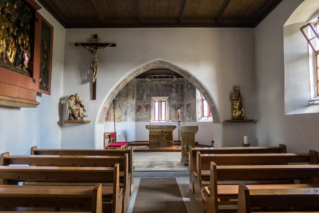 © Traudi - Innenraum mit dem Apostelaltar. Der Altar ist aus zwölf Steinen aufgemauert (12 Apostel)