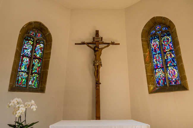 © Traudi  -  Das linke Glasfenster zeigt die Geheimnisse des freudenreichen Rosenkranzes. Das rechte Glasfenster zeigt die Geheimnisse des glorreichen Rosenkranzes