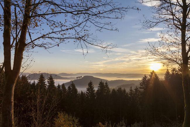Herbst im Sauerland / .fotolia.com /Sonnenaufgang über den Bergen des Sauerlandes © scaleworker