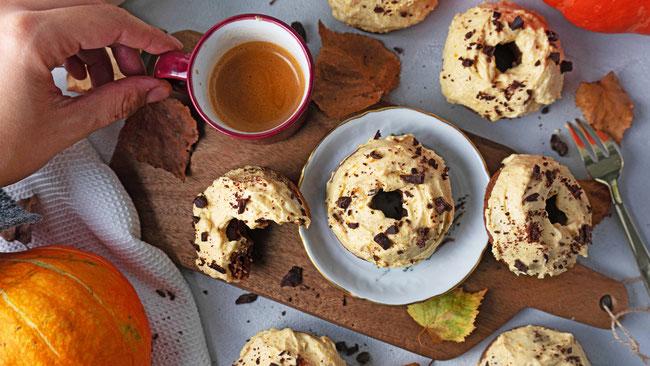 Schokolade Zucchini Donuts mit Pumpkin Spice Creme - Ein köstliches Dessert für den Herbst oder Spätsommer mit Kürbis. Perfekt auch als Frühstück oder Snack