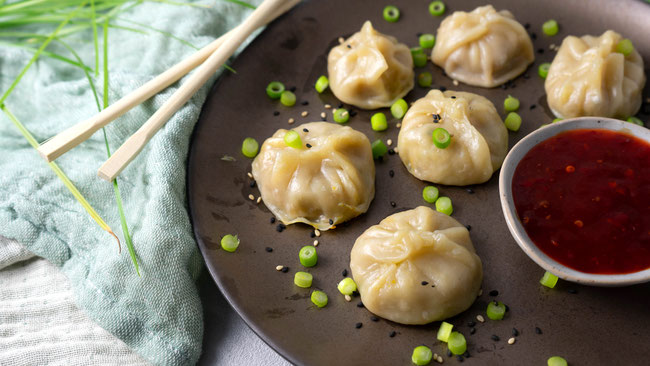 Tibetische Momos - Die leckeren Dumplings aus dem Tibet sind heissbegehrt. Meine Variante mit Fleisch und Gemüse sind ganz einfache selbstzumachen. Das perfekte Mittagessen oder Abendessen für die ganze Familie und Fans der asiatischen Küche.