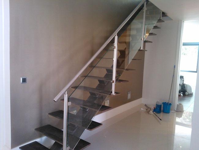 Escaleras metalicas escaleras laravid trabajos en acero - Escaleras con barandilla de cristal ...