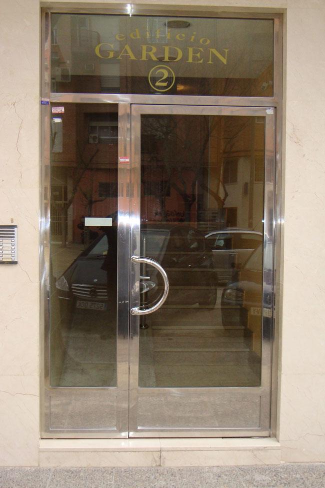 Puertas de entrada escaparates marquesinas escaleras laravid trabajos en acero - Puertas de cochera segunda mano ...