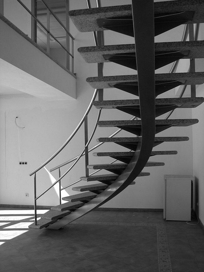 Escaleras metalicas escaleras laravid trabajos en acero for Escalera exterior de hierro