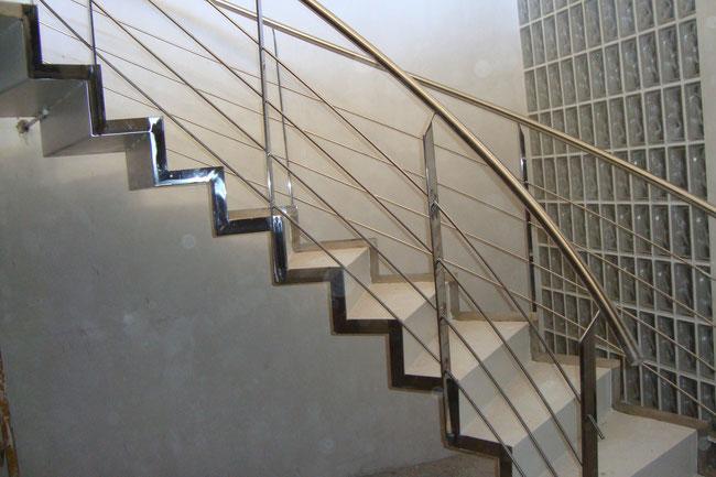 Escaleras metalicas escaleras laravid trabajos en acero - Peldanos de marmol ...
