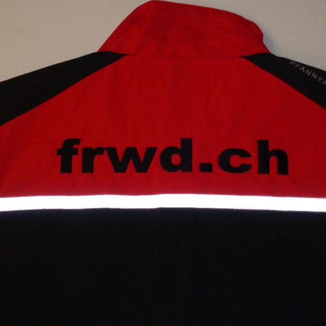 Arbeitsjacke mit Firmen Logo gestickt auf der Rücken. So sieht die Stickerei auch Edel aus