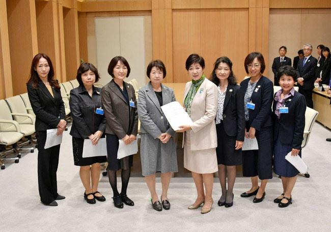 2019年11月13日、小池東京都知事に、都育・佐々木理事長より令和2年度の予算について要望を行ったときの写真です。田無手をつなぐ親の会・小矢野会長(写真右端)が随行しました。詳細は「活動記録」をご覧ください。