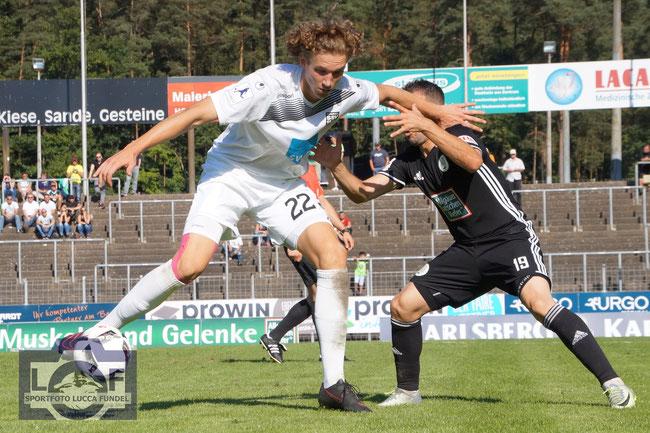 2017: Vinko Sapina vom SSV Ulm 1846 Fußball im Zweikampf gegen Thierry Steimetz (FC Homburg) in der Regionalliga-Saison 2016/2017.