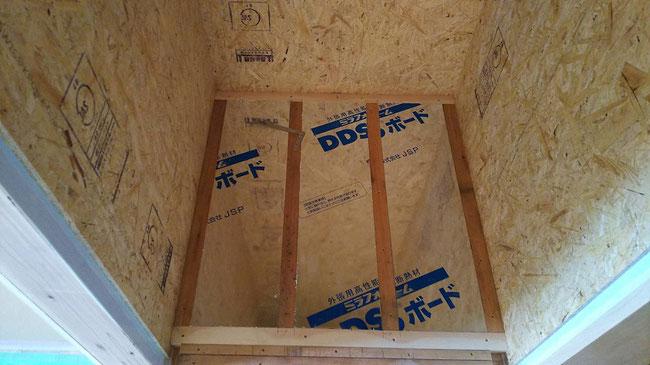 床:DDSボードは断熱材。この上にフローリングを貼ります。 壁:OSB合板