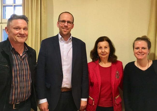 Von links nach rechts: Stefan Franken, Leiter des Familienamtes, Jörn Freynick MdL, Renate Frohnhöfer und Sonja Wandke, Leiterin des KIWI-Kindergartens