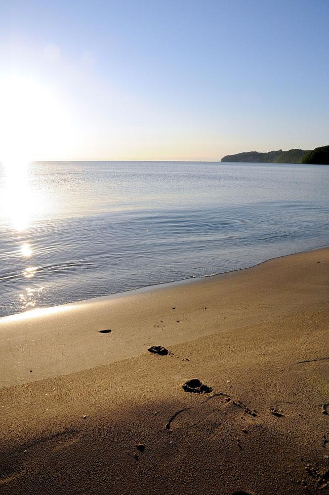 Früh morgens kann man auch im Sommer den Strand im Seebad Binz noch menschenleer erleben. Nur ein paar Jogger und andere Fotografen sind zu dieser Stunde am Strand unterwegs und genießen die ruhigen M