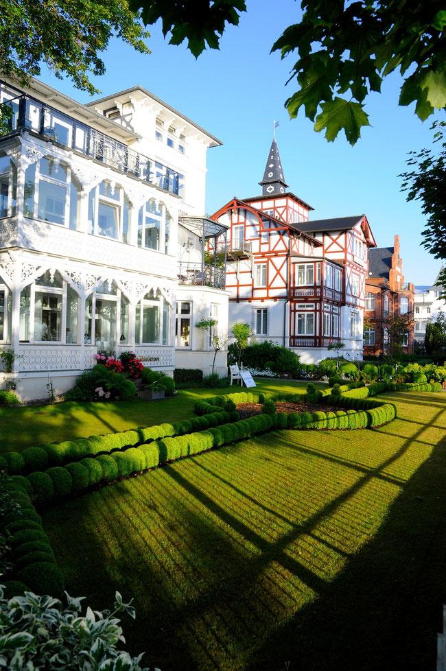 Häuser an der Strandpromenade im Seebad Binz in der Morgensonne in Mecklenburg-Vorpommern.