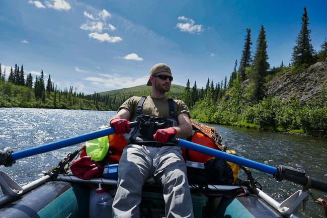 Kaiserwetter bei den ersten Paddelschlägen - Salmon River, Alaska