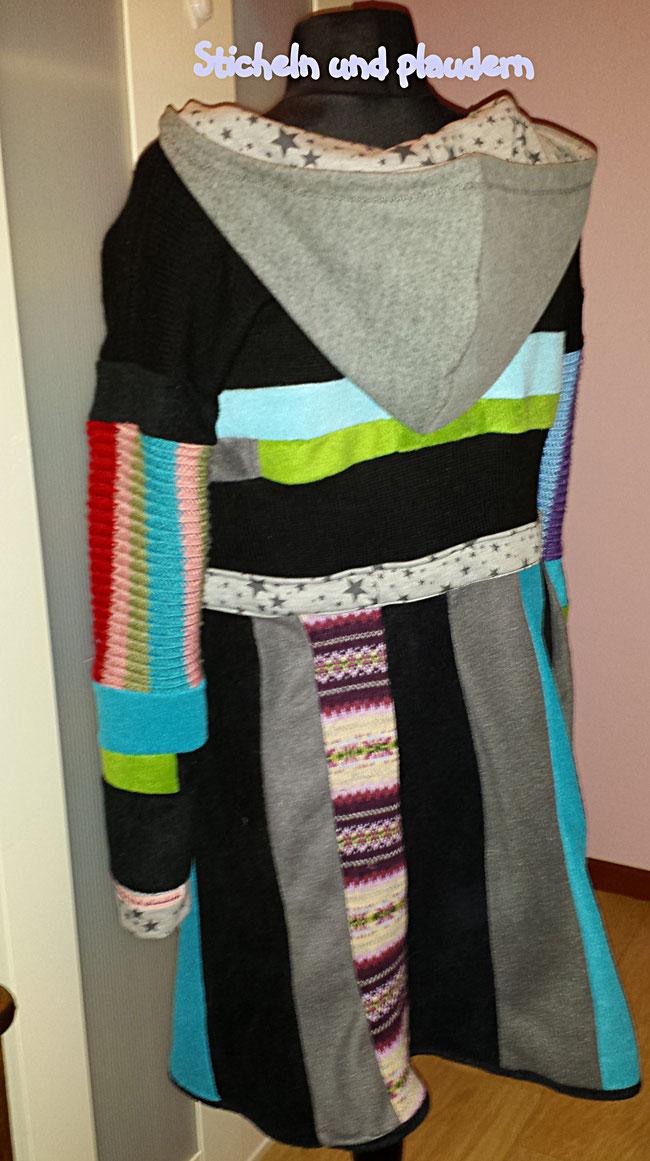 Mantel aus Fleeceresten, einem Pullover, einem Schal ...