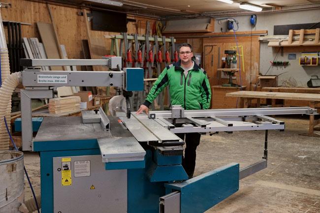 Holzbau-Polier Dieter Staudacher in der Zimmerei-Werkhalle, die auch für Schreinerarbeiten eingerichtet ist.