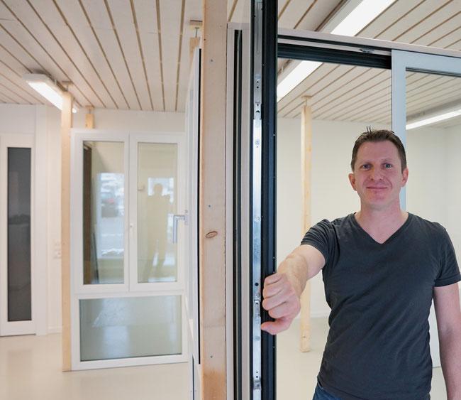 Sandro Domeisen präsentiert neuste Schweizer Produkte von Fenstern und Türen im neuen Showroom in Mülligen.