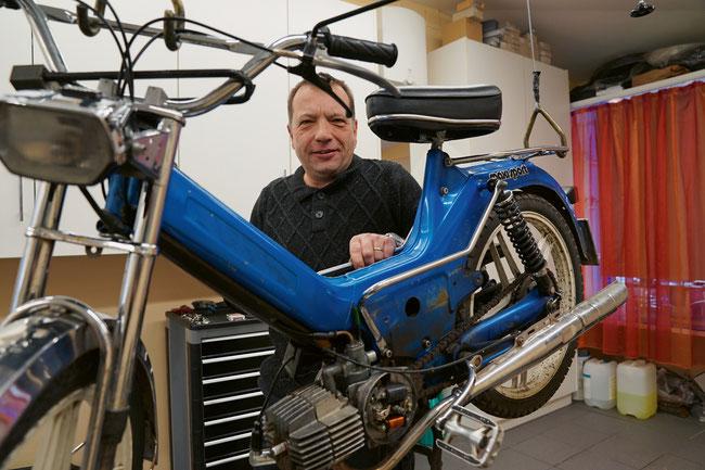 Rolf Bugmann repariert in seiner Werkstatt ausschliesslich Occasionsvelos und -mofas.