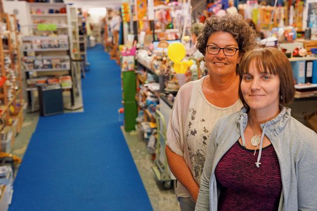 Beatrice Fischer und Ruth Nondjock-Ackle in der Kinderkleider Börse bzw. im Brockenhaus Brockoli in Frick.