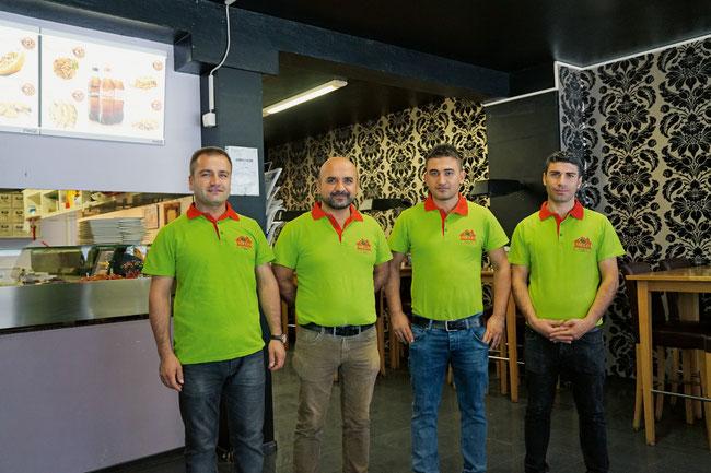 Betreiber Mahmut Suvakci (2. v. links) und seine Kurierdienstmitarbeiter im Melo Pizza & Kebap in Frick.