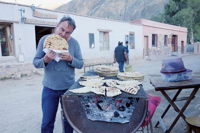 «Reisen heisst Natur, Kulturen und Menschen begegnen», sagt Franz Häseli, auf dem Bild beim Fladenbrotknabbern bei Aymara-Indianern.