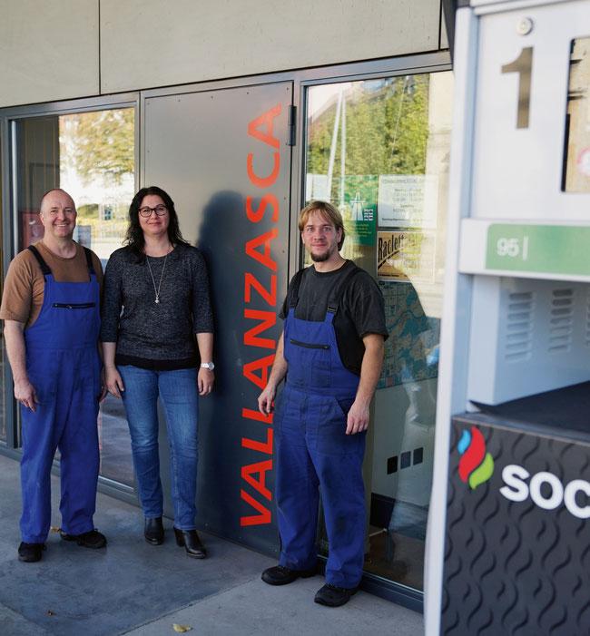 Familiärer Betrieb: Inhaber Anita und René Schnetzler sowie Mitarbeiter Michael Brack in der Garage Vallanzasca GmbH in Laufenburg.