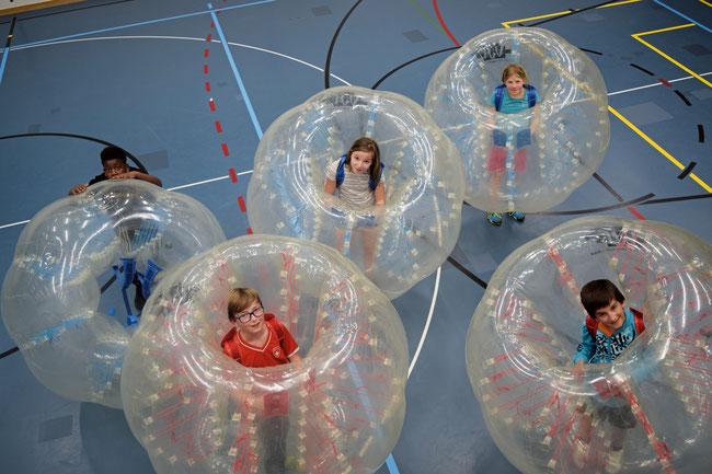 Bubble-Soccer gehört zu den beliebtesten Freizeitangeboten für Jugendliche und ist für die Auftaktveranstaltung am 8. September in der Sporthalle Lindenboden angesagt.