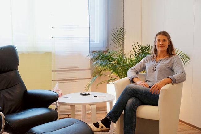 Hypnosetherapeutin Monika Weiss im neu eingerichteten Therapieraum in Sulz.