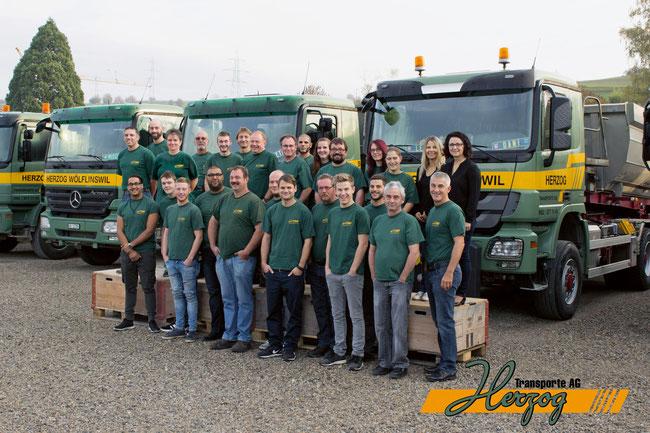 Team in Wölflinswil mit Geschäftsleitung Adrian und Daniel Herzog und Cornelia Freiermuth.