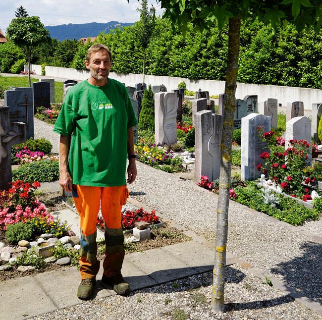 Bei der Erdbestattung wird die verstorbene Person inklusive Sarg auf dem Friedhof beigesetzt.