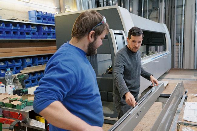 Inhaber und Geschäftsführer Roman Schnetzler mit einer Fachkraft bei der Besprechung einer Türrahmenproduktion.