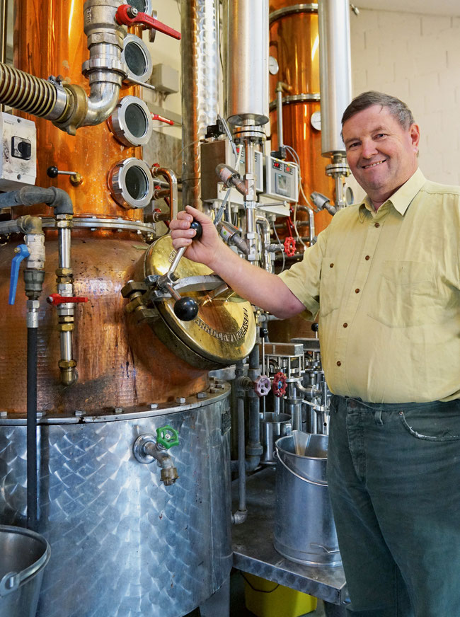 Spezialitäten- und Kundenbrenner Viktor Schwaller bei den revidierten und automatisierten Brennhäfen.
