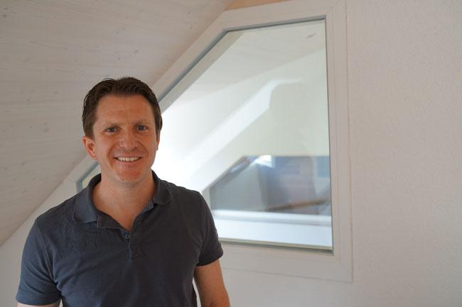 Jungunternehmer Sandro Domeisen kontrolliert neu montierte Fenster in Kunststoff in einem Zweifamilienhaus in Ittenthal.