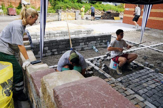 Fricktaler Gärtnerlehrlinge beim Errichten der Dauer-Gartenausstellung an der Ziegeleistrasse 13 in Frick.