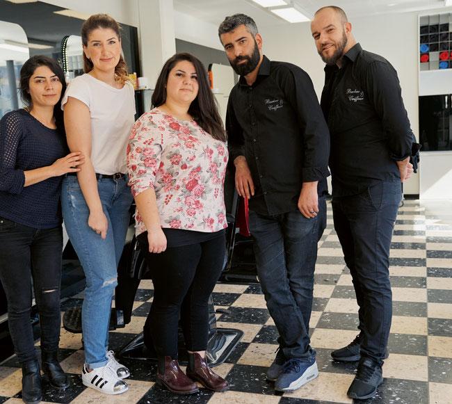 Die aufgestellte Istanbul Barber & Coiffeur-Crew in Stein mit Aycan und Murat Doymaz in der Mitte.