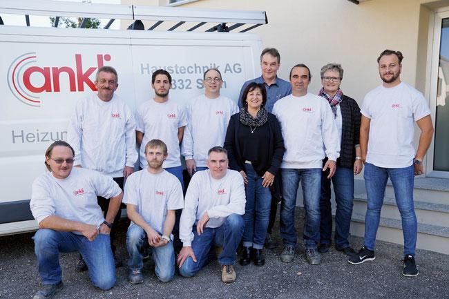 Das Ankli Haustechnik-Team mit den Geschäftsleitern Benie und Urs Ankli (2. und 4. von rechts).