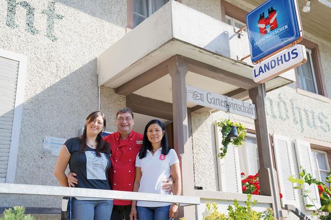 Tochter Nathalie sowie Robert und Theresita Hersche vor dem Landhus in Gansingen.