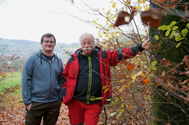 Die Förster Philipp Küng und Stefan Landolt des Forstbetriebs Thiersteinberg, im Hintergrund Frick. Dominik Senn