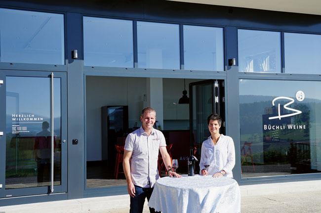 Sibylle und Peter Büchli vor der eröffneten «B Wyy-Lounge».