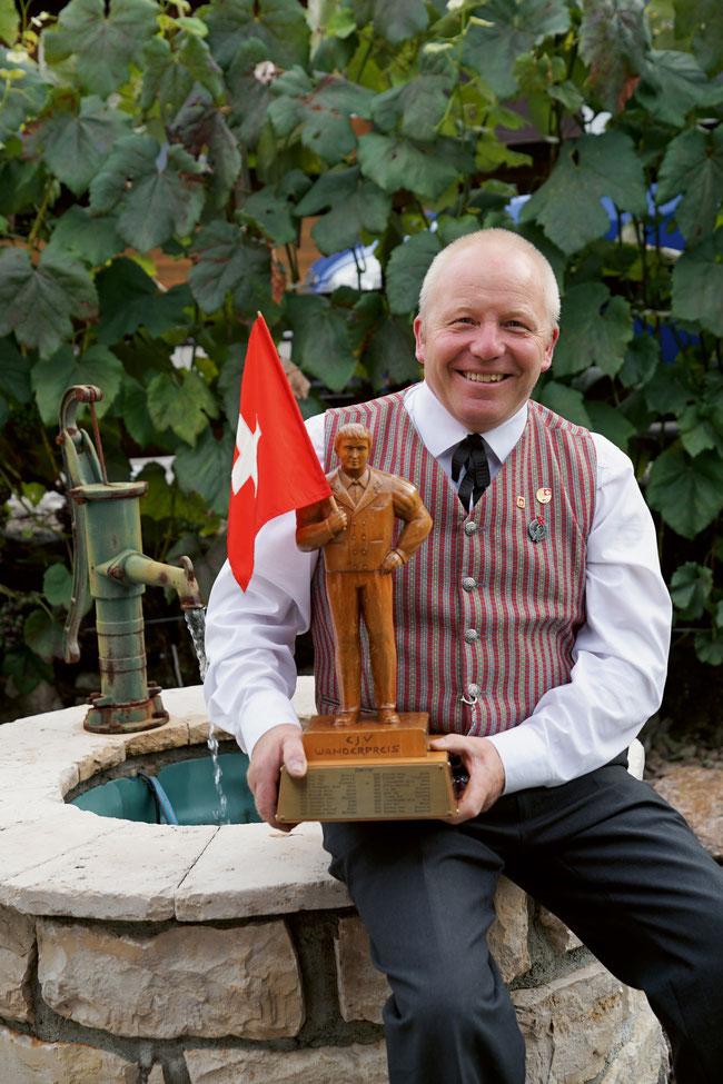 Walter Schwarz in Frick (auf dem Titelbild beim Üben eines Hochschwungs) mit dem begehrten eidgenössischen Wanderpreis.
