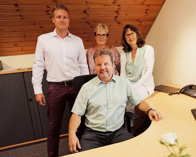 Nahe am Kunden: Das MG Treuhand AG-Team mit (stehend) Andreas  Siegrist, Vreny Carlen und Brigitte Siegrist um Markus Gilgen.