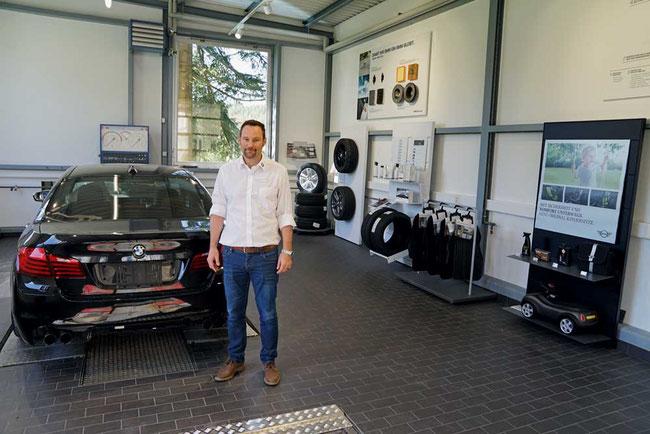 Marco Emmenegger in der eigens eingerichteten Serviceberatung am Fahrzeug in Hettenschwil