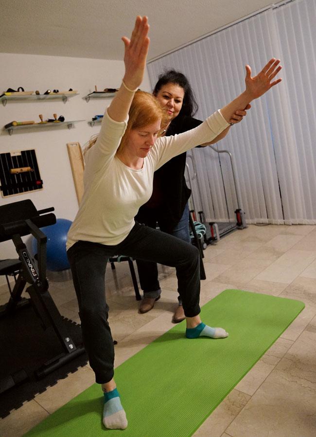Prophylaxe gegen Bewegungseinschränkungen: Die Physiotherapeutinnen Anna Bucher (hinten) und Jennifer Bächt in ihrer Praxis in Frick.