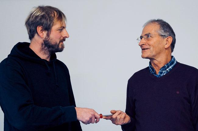 Schraubenzieher-Weitergabe: Vater Richard Schmid (r.) ist seit Januar im Ruhestand. Die Firma hatte er bereits 2014 seinem Sohn Valentin Schmid übergeben.