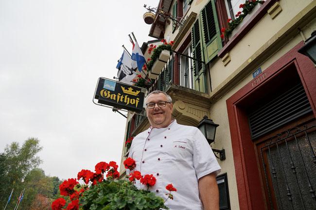Kronenwirt Michel Schmid vor der schmucken Fassade seines Landgasthofs in Wittnau.