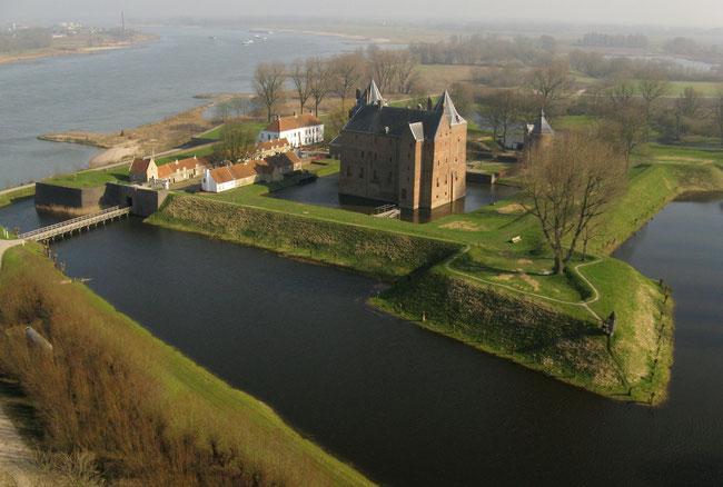 Slot Loevestein ligt op 6 kilometer van Andel               (Foto Hans Elbers - De Fotovlieger)