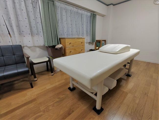 こちらのベッドで施術を行います。祖師ヶ谷大蔵、豪徳寺、経堂、狛江からも沢山のお客様がご来店されます。