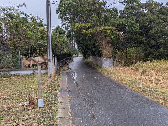前面道路から。幅員4mで接道状況良好です