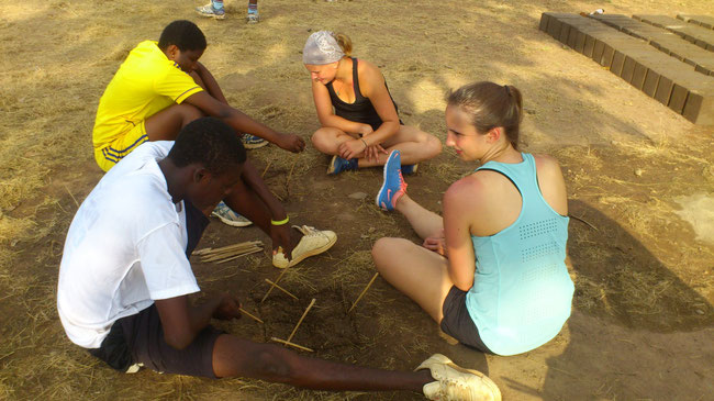 une partie de jeu traditionnel ( ATIKAKA en langue locale Ewé)