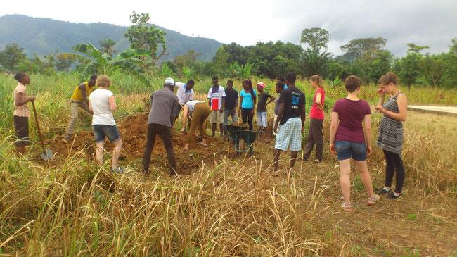 les volontaires en pleine activités de ramassage de sable